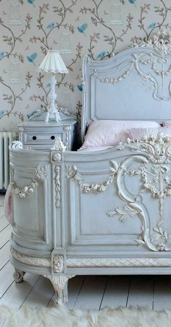 herrliches bett im französischen stil - eine weiße lampe daneben