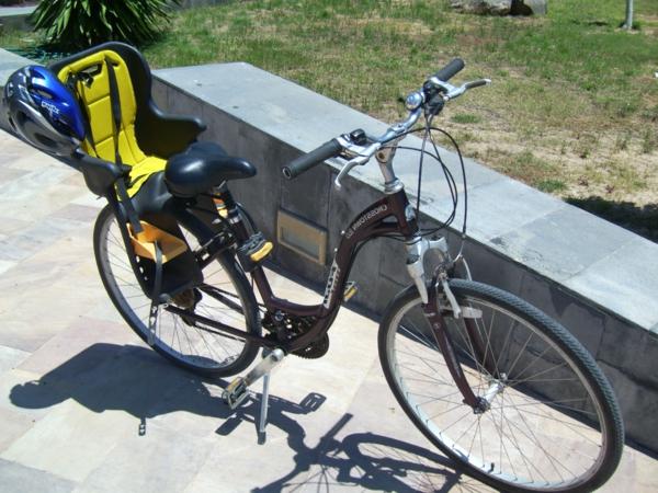 Fahrradsitz-Kinder-modernes-praktisches-modell-in-gelb