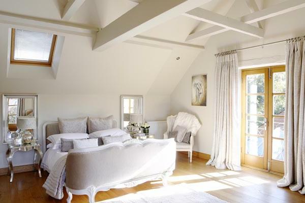 cooles bett im französischen stil - im hellen schlafzimmer