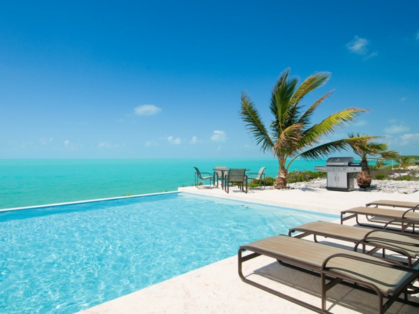 Karibisk-Ferienhaus-haus-mit-pool-loungemöbel-terrasse