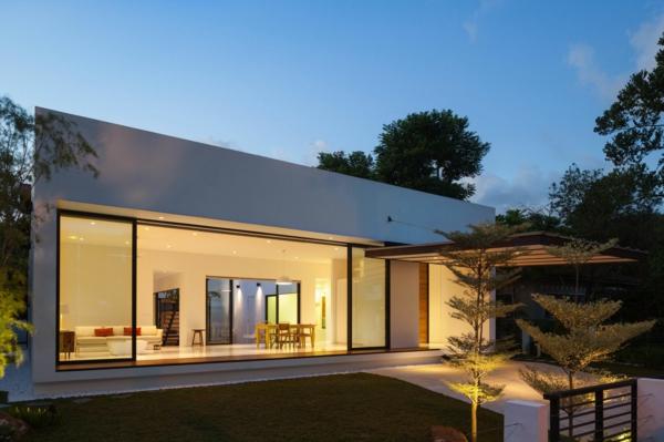 architektur-fassade-mit-großen-glasfenster-