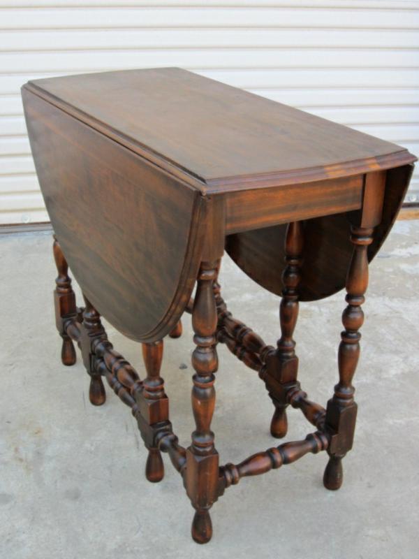 Vintage Esstisch in einer kleinen Küche