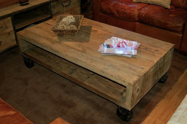 attraktiv-gestalteter-und-schön-aussehender-vintage-tisch-design-aus-holz-neben-einem-sofa