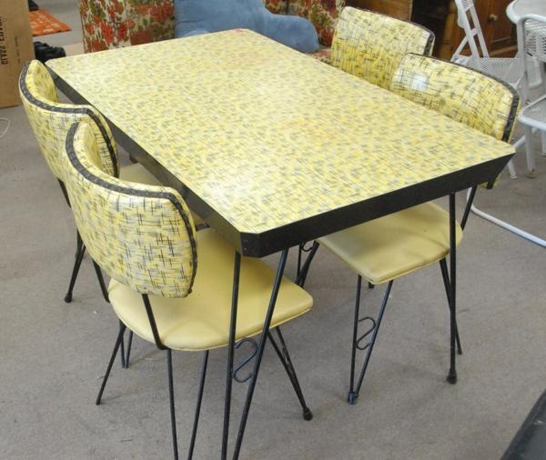 attraktiv-gestalteter-und-schön-aussehender-vintage-tisch-gelbes-modell-mit-stühlen