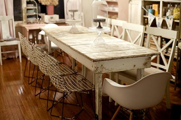attraktiv-gestalteter-und-schön-aussehender-vintage-tisch-großes-weißes-modell-mit-vielen-stühlen