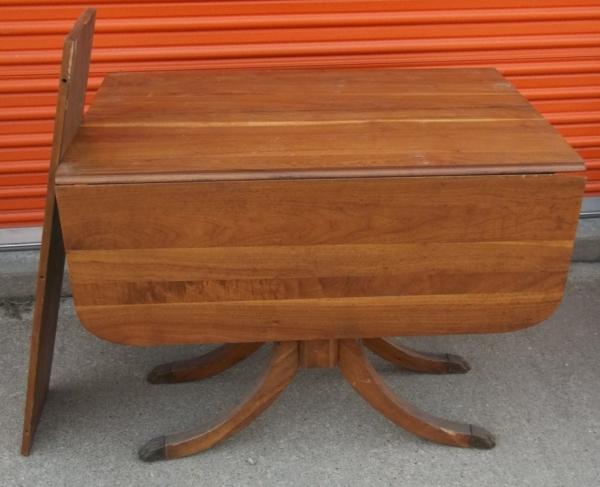 attraktiv-gestalteter-und-schön-aussehender-vintage-tisch-hölzerne-gestaltung