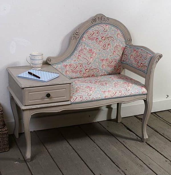 attraktiv-gestalteter-und-schön-aussehender-vintage-tisch-mit-einem-sofa-verknüpft