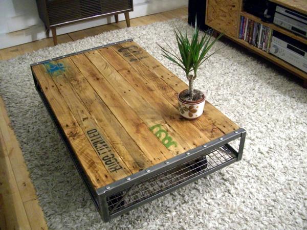 attraktiv-gestalteter-und-schön-aussehender-vintage-tisch-mit-einer-pflanze-darauf