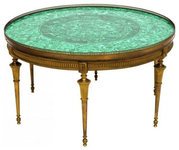 attraktiv-gestalteter-und-schön-aussehender-vintage-tisch-runde-form-und-grelle-farbe