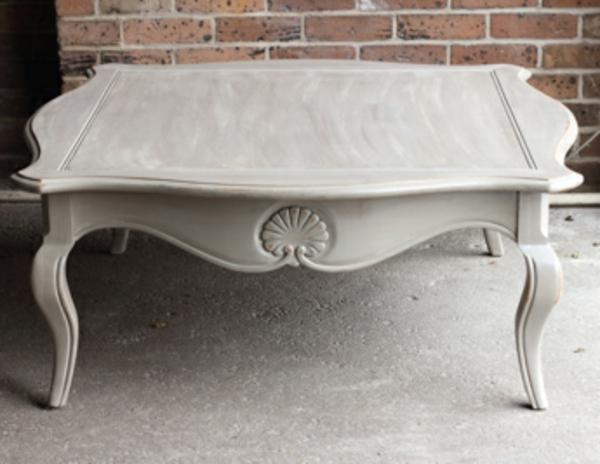 attraktiv-gestalteter-und-schön-aussehender-vintage-tisch-weiße-gestaltung