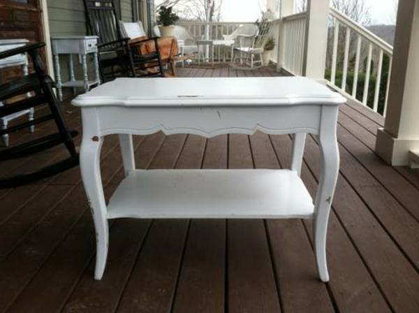 attraktiv-gestalteter-und-schön-aussehender-vintage-tisch-weißes-süßes-design