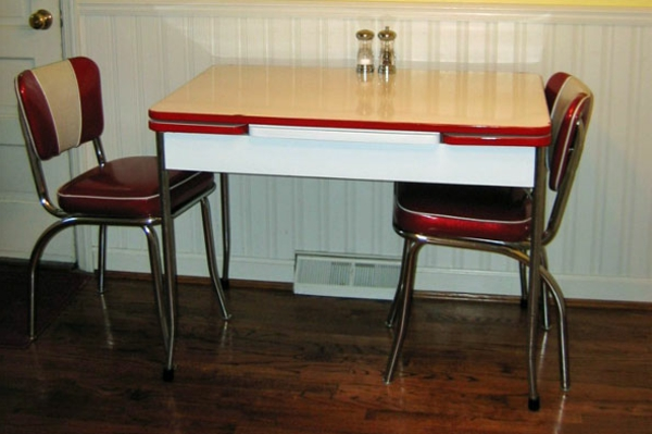 attraktiv-gestalteter-und-schön-aussehender-vintage-tisch