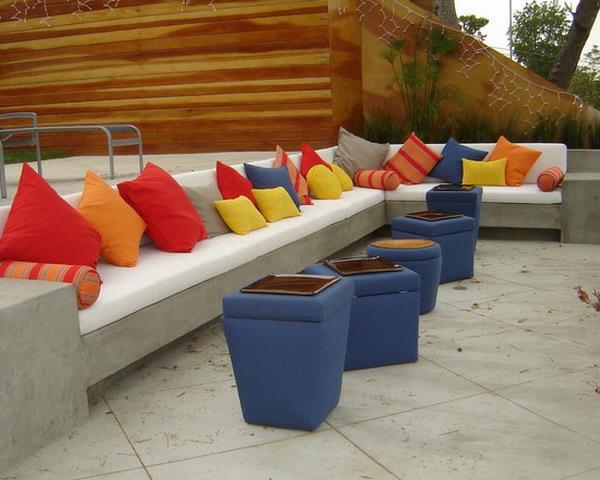 attraktive-bunte-outdoor-kissen-auf-einem-langen-weißen-sofa