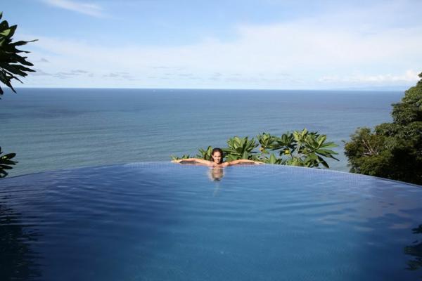 attraktives-design-schwimmbecken-design-idee-infinity-pool-wunderschönes-design