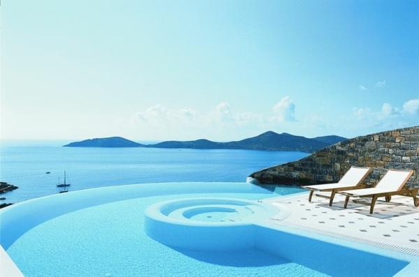 attraktives--schwimmbecken-design-idee-infinity-pool-wunderschönes-design