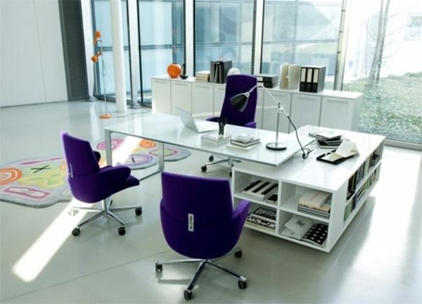büroraum-gestalten-drei-lila-rollstühle