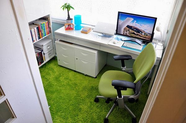 büroraum-gestalten-ein-kleines-zimmer-mit-einem-weißen-schreibtisch