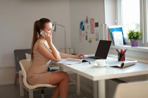 büroraum-gestalten-eine-frau-sitzt-am-schreibtisch