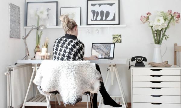 büroraum-gestalten-eine-frau-sitzt-zu-hause-am-schreibtisch