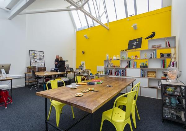 büroraum-gestalten-eine-gelbe-wand-als-akzent