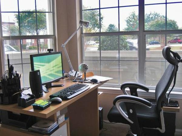 büroraum-gestalten-elegantes-zimmer-mit-großen-fenstern