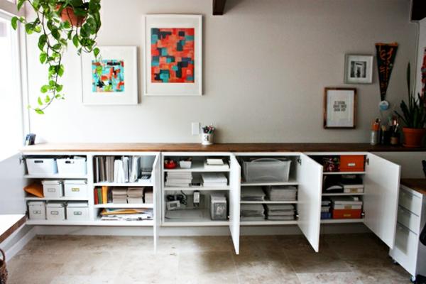 büroraum-gestalten-moderne-weiße-regale