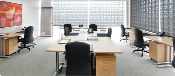 büroraum-gestalten-schöne-weiße-schreibtische