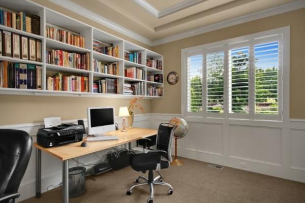 büroraum-gestalten-weiße-regale-im-zimmer