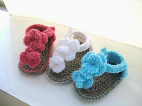 baby-sandalen-mit-blumen-häkeln-schöne-ideen-häkeln-für-baby-häkeleien-tolles-design-häkeln-