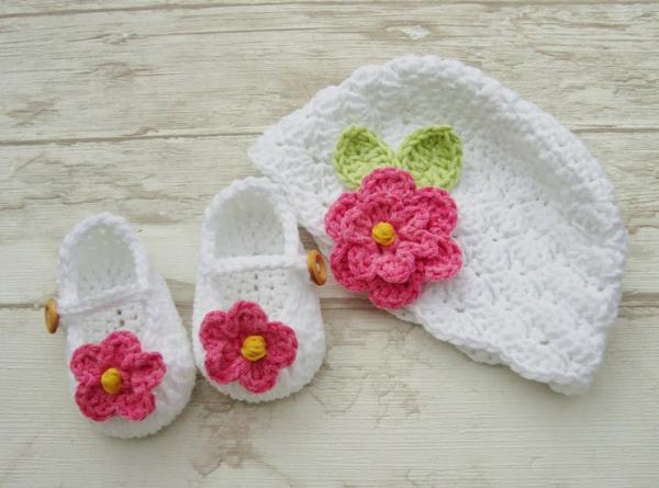 babymütze-häkeln-weiße-babyschuhe-mit-rosa-blumen-häkeln