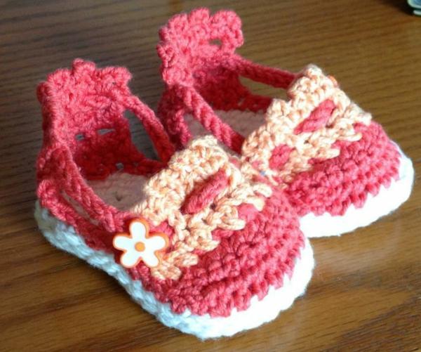 babyschuhe-mit-blumen-häkeln-schöne-ideen-häkeln-für-baby-häkeleien-tolles-design-häkeln-anleitung