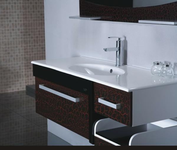 badezimmer-hölzerne-möbel-braun-und-weiß