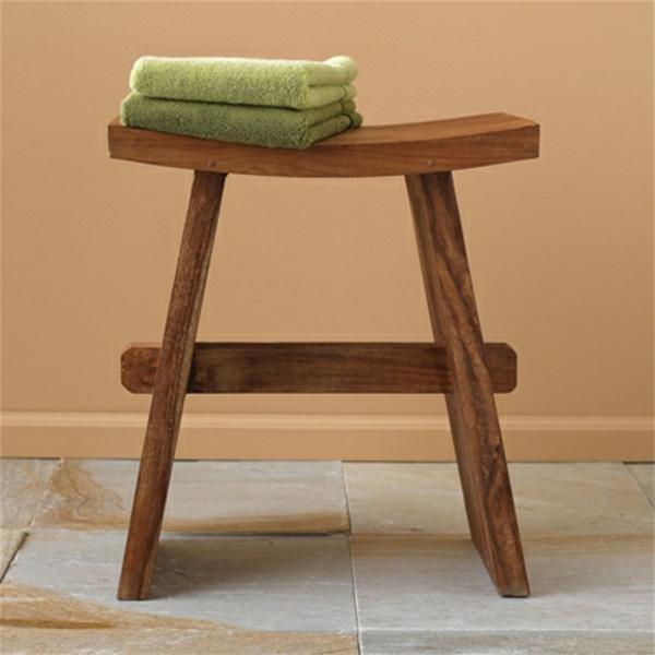 badezimmer-hocker-grüne-tücher-darauf