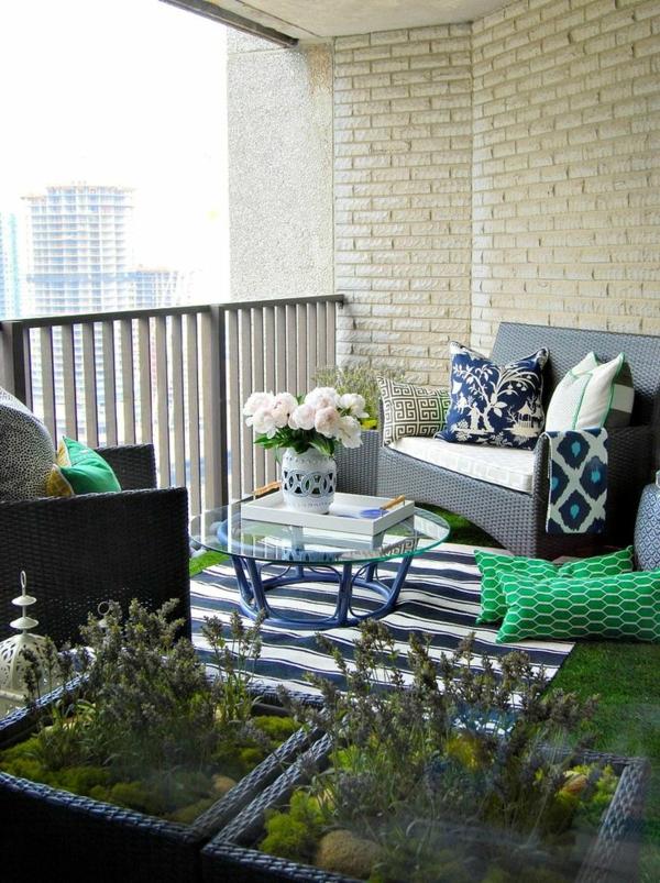 balkon-mit-einem-teppich-gestalten-blauer-teppich-ideen-einrichtungideen