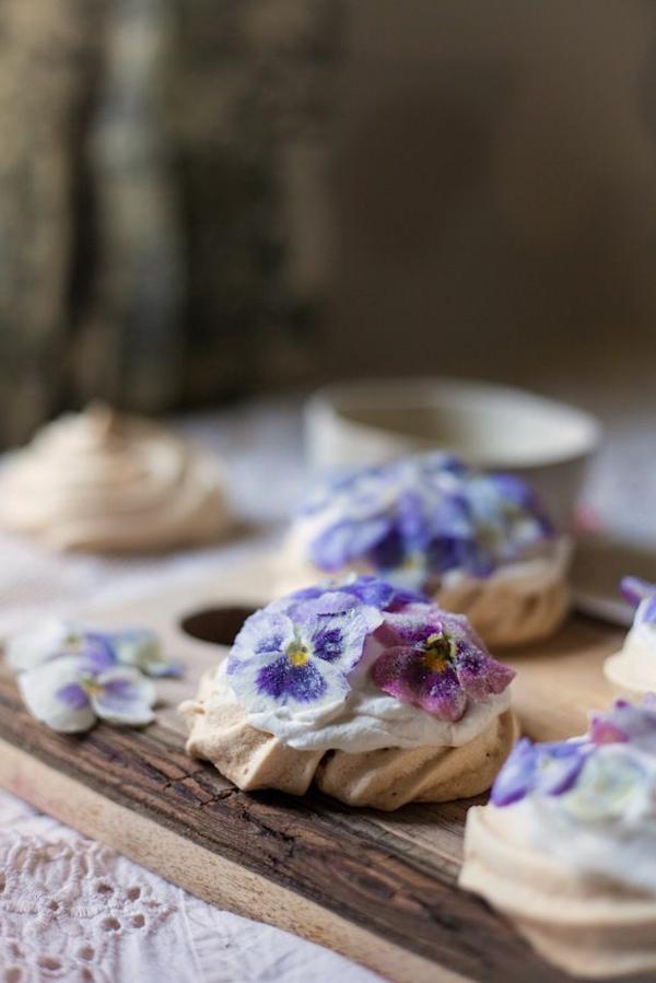 blaue-veilchen-zum-essen-cupcakes-verzieren