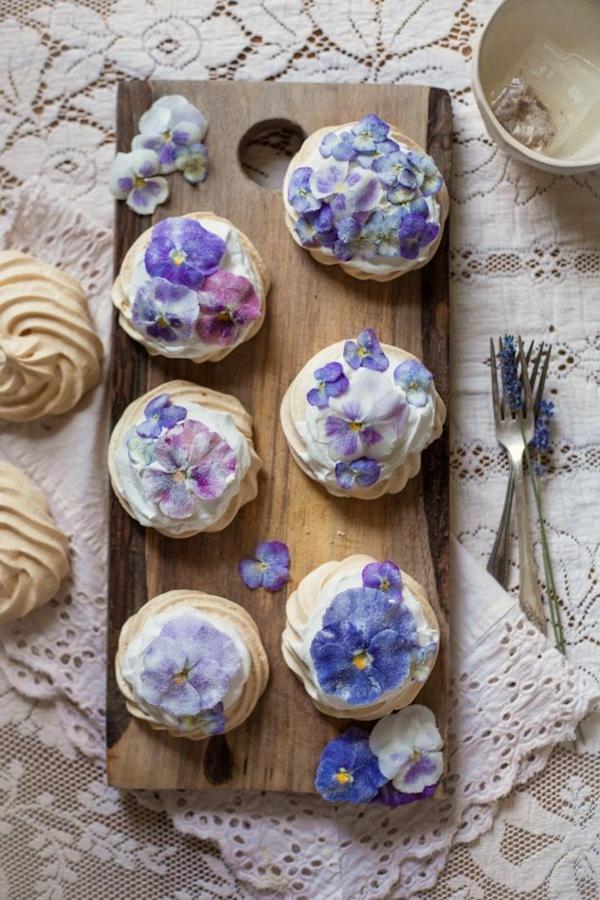 -blaue-veilchen-zum-essen-cupcakes-verzieren