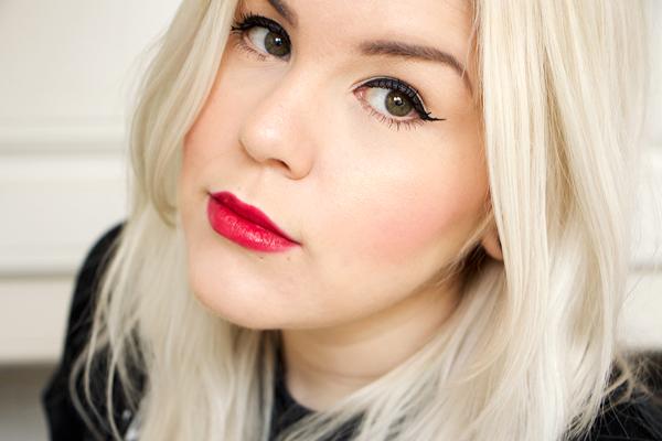 blonde-frau-mit-roten-lippen