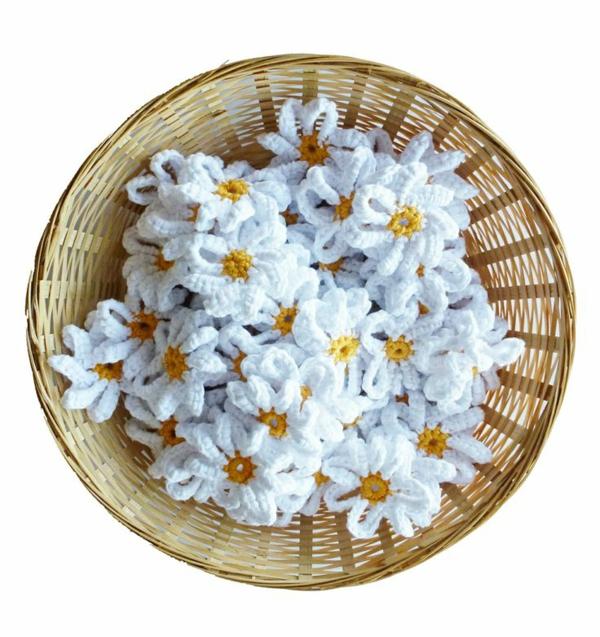 blumendeko-häkeln-wunderschöne-kreative-häkeleien-blumen-gänseblümchen