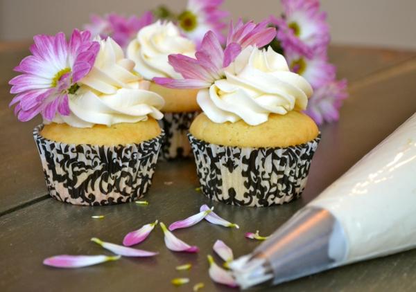 blumendeko--wunderschöne-weiße-blumen-als-deko-tischdeko-cupcakes-verzieren