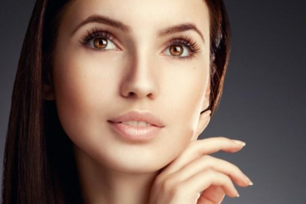 braunhaarige-frau-einfaches-schminken