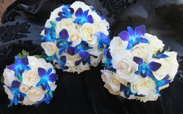 brautsträuße-mit-blauen-orchideen-und-weißen-rosen-hochzeitsdeko-blumendeko