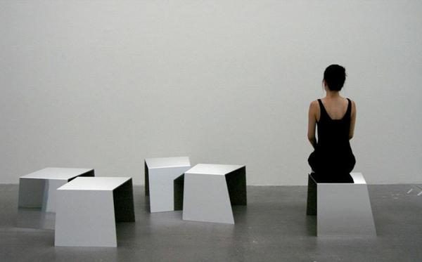 designer-hocker-eine-frau-als-demonstration