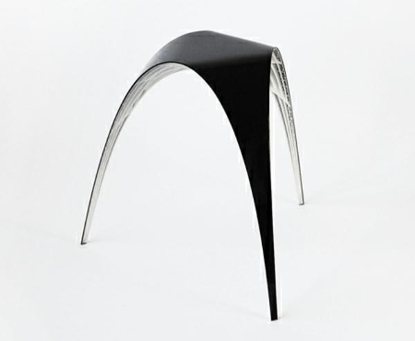 designer-hocker-luxuriöses-modell-in-schwarz-und-weiß