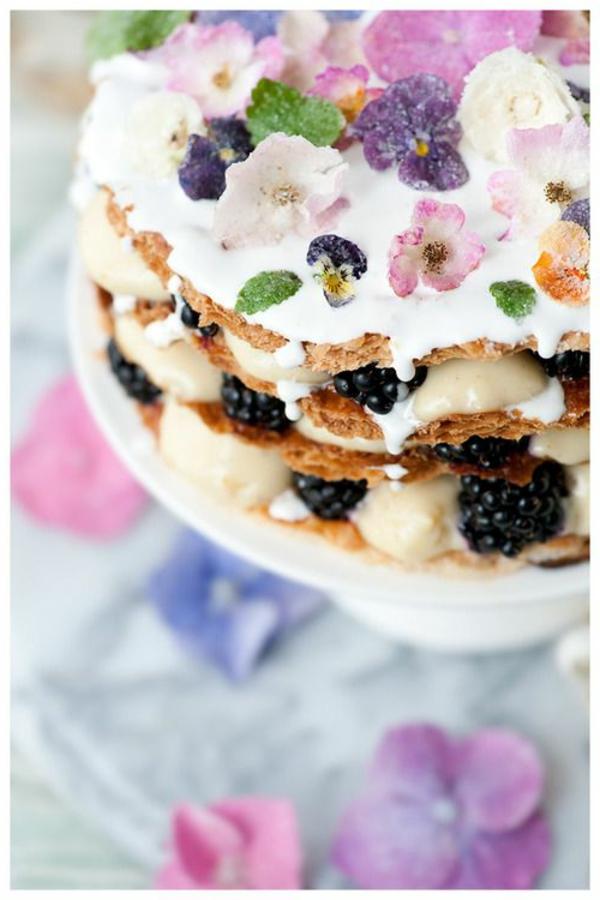 dessert-mit-sahne-und-blumendeko-aus-veilchen