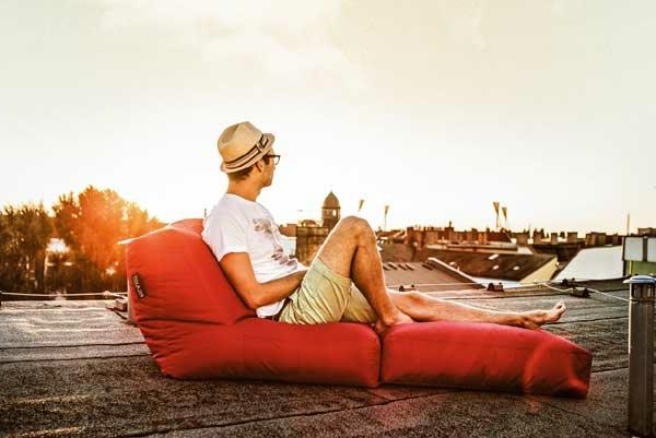 ein-mann-auf-einem-schönen-sitzsack-outdoor-in-orange