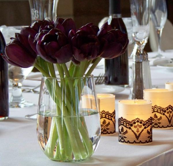 ein-paar-wunderschöne-schwarze-tulpen-in-einer-großen-vase