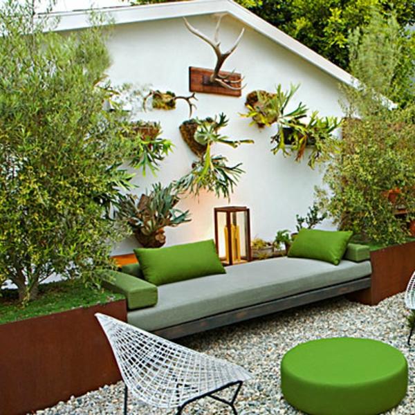 ein-sofa-mit-dekokissen-im-schönen-kleinen-garten