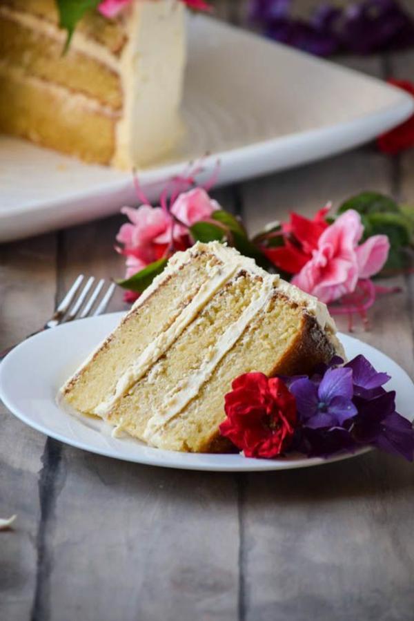 ein-stück-torte-mit-blumendeko-in-rosa-und-lila