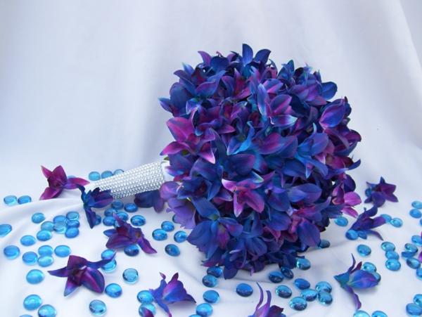 ein-wunderschöner-brautstrauß-mit-blauen-orchideen-hochzeitsdeko-blumendeko-mit-orchideen