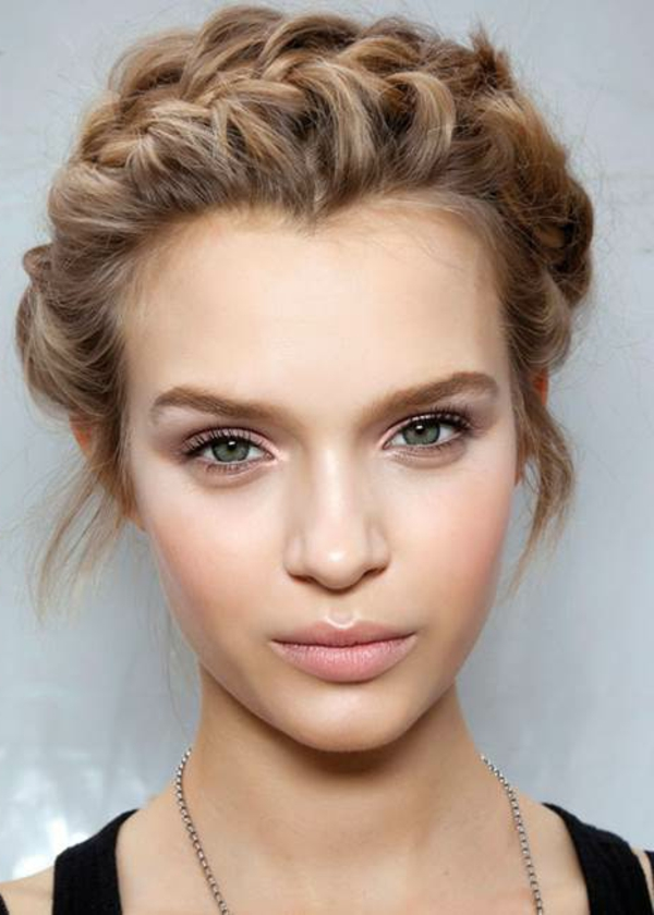 eine-blonde-frau-mit-tages-make-up